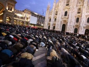 islamic prayer by Milan Cathedral Jan 09
